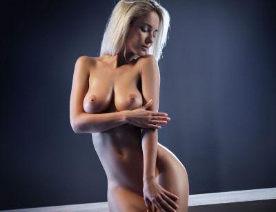 Голая блондинка.